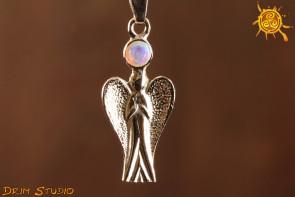 Anioł z kamieniem księżycowym WISIOR srebro 2,5 cm - opieka sił wyższych