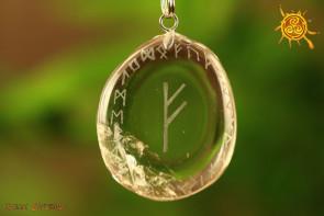 Kryształ Górski Fehu z runami Wisiorek PŁASKI - bezpieczeństwo i ochrona