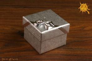Pudełeczko na prezent kwadratowe z kokardką 5x5x3,4cm SREBRNE