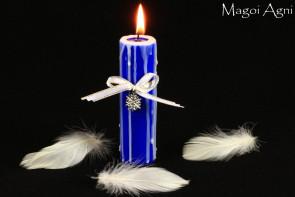 Niebieska Świeca z elementami białego z przywieszką w kształcie Płatka Śniegu - zapach lasu