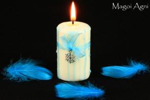 Biała Świeca z elementami błękitu z przywieszką w kształcie Płatka Śniegu - zapach lasu