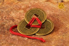 Trzy chińskie monety związane czerwonym sznureczkiem śr. 2,2cm