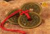 Trzy chińskie monety związane czerwonym sznureczkiem śr. 3,8cm
