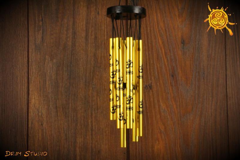 Dzwonki wietrzne MINI znak OM złote z czarnymi symbolami - poprawa FENG SHUI pomieszczenia