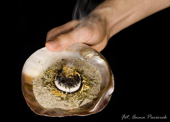 Zestaw do okadzania - pióro, muszla, piasek, węgielek