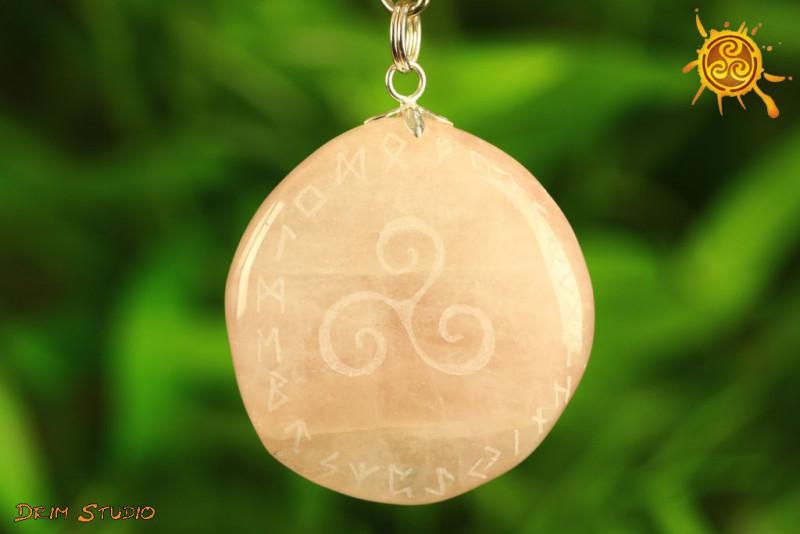 Kwarc Różowy TRISKEL z runami wisiorek PŁASKI - bezpieczeństwo, ochrona, radość